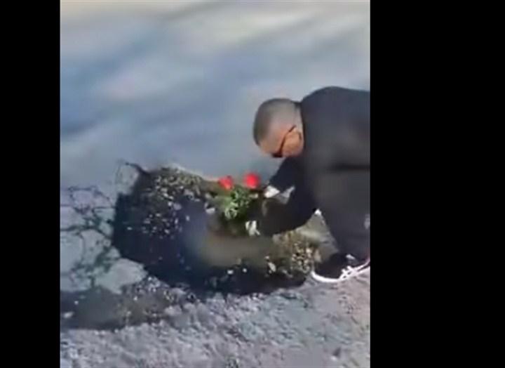 Zbog brojnih udarnih rupa na ulicama u Gornjem Milanovcu, gradjani su se odlučili da skrenu pažnju nadležnih sadjenjem cveća u te rupe!!!