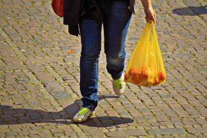 Veliki trgovinski lanci počeli sa naplaćivanjem plastičnih kesa!!!