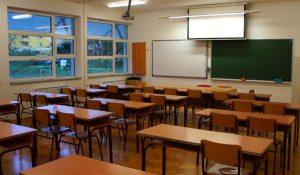 Zaposleni u prosveti zatražili su danas da budu svrstani u deveti platni razred, zajedno sa lekarima!!!