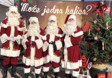 """Grand kafa Deda Mrazovi doneli praznični duh i poklonili jelku Ustanovi za dnevni boravak dece, mladih i odraslih sa smetnjama u razvoju """"Zračak"""""""