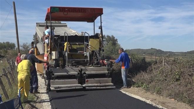 Nov asfalt na dva putna pravca u Mesnoj zajednici Dragolj!!!
