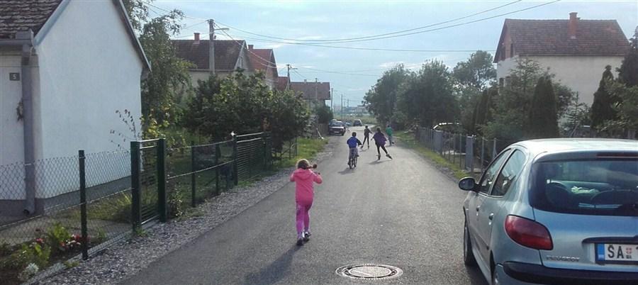 Kišne dane bez bara a letnje bez prašine potpuno je u drugi plan stavila dečija igra !!!