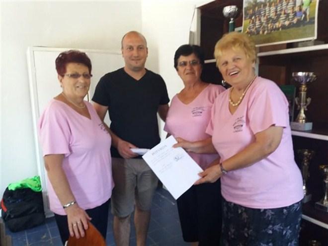 """Aktiv žena """"Naše zlatno doba"""" iz Ćuprije predao ručne radove fudbalskom klubu Rudar !!!"""