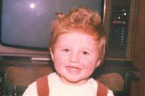Ovaj mali dečak na slici sada je jedna od velikih zvezda naše estradne scene.