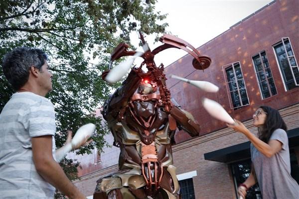 """Izložba skulptura """"Trasnformersi i Dinoboti"""" na otvorenom prostoru Kineske četvrti !!!"""