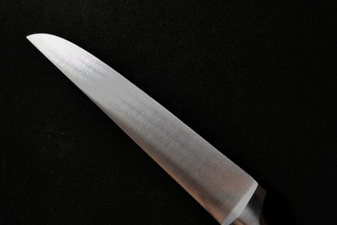 Beogradjanin D. B. uz pretnju nožem pretio kasirki i jednoj Novosađanki na ulici strgao zlatni lančić !!!