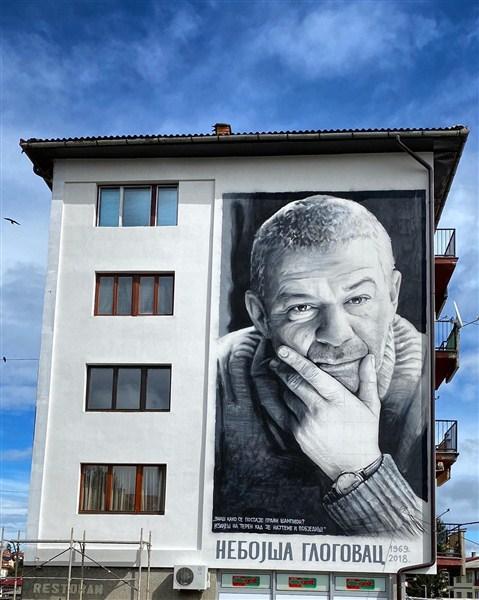 Legendarnom glumcu Nebojši Glogovcu posvećen je još jedan mural. Ovog puta, zahvaljujući umetniku Milanu Milosavljeviću, njegov lik krasi jednu zgradu u Sokolcu.